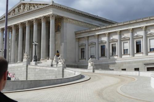 Das Parlamentsgebäude in Wien ist ein eindrucksvolles Bauwerk in bester Lage. Davor findet man immer jede Menge fotografierender Touristen