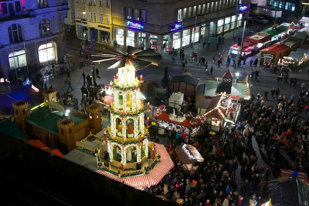 fotografiert von oben: das zentrum des marktes