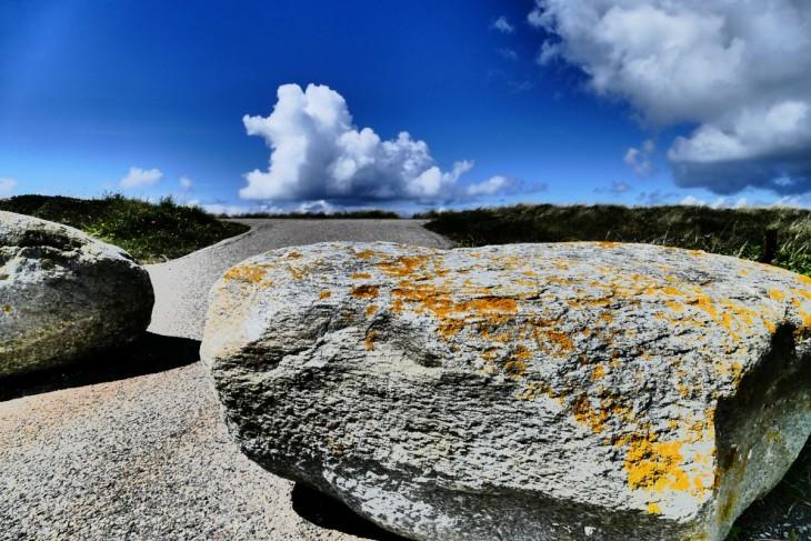 am strand in dänemark mit stein wolke und meer