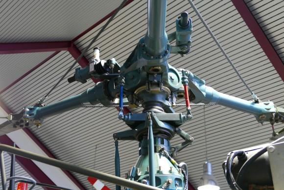 rotoren, turbinen, jede Menge einzelteile für helikopter im museum