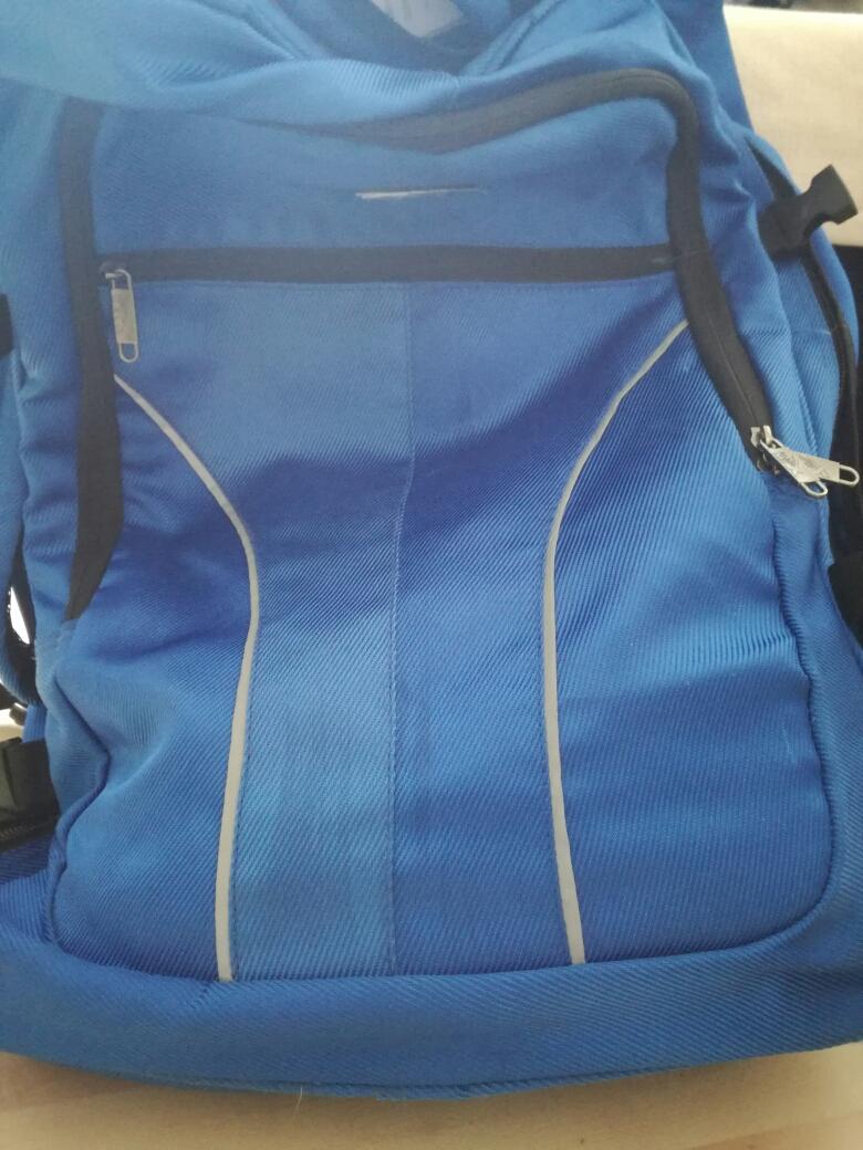 blaue reisetasche von oben