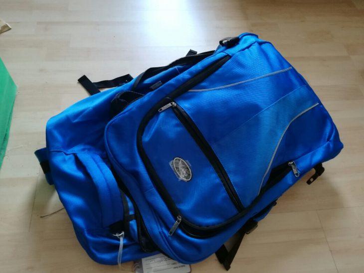 reisetasche blau auf dem boden