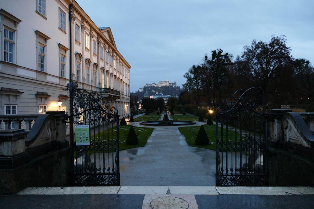 mirabellgarten und schloss bei nacht