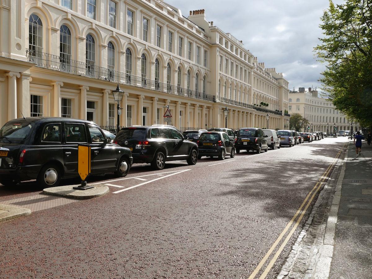 typische londoner strasse mit taxis