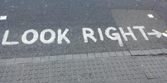 schrift in london nach rechts schauen