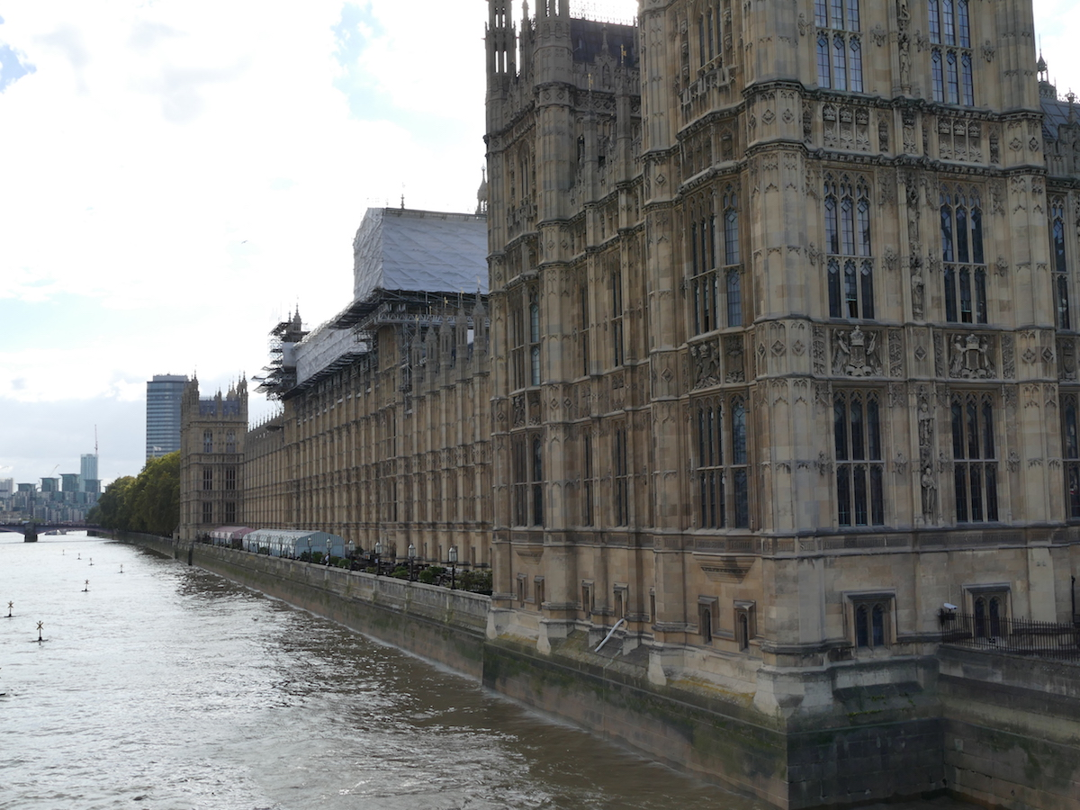 das haus des parlaments an der themse in london